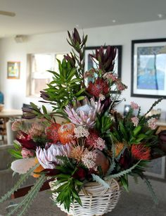 Proteas of every kind very long lasting Church Flower Arrangements, Church Flowers, Table Arrangements, Fall Flowers, Floral Arrangements, Red Flowers, Green Centerpieces, Protea Flower, Flower Backdrop