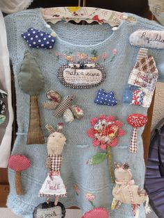 Julie ARKELL Et son monde fabuleux ! Fabric Art, Fabric Crafts, Sewing Crafts, Sewing Projects, Textile Jewelry, Fabric Jewelry, Textile Art, Fabric Brooch, Textiles