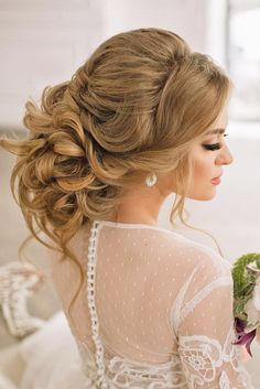 """Do you have the question: """" What are the best wedding hairstyles for medium length hair?"""" Well, curls, half-down and updos are always in trend!"""