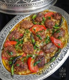 You'il love this dinner! Really a very lush and very tasty meal. Eggplants time before you make friends️. KÖGÜMELİ KEBAB 1 kg eggplant 1 tomato 3 large green pepper 1 medium nectarine 2 tablespoons olive oil 500 gr ground beef for meatballs 1 medium onion Armenian Recipes, Turkish Recipes, Italian Recipes, Ethnic Recipes, Italian Chicken Dishes, Meat Recipes, Cooking Recipes, Kebab, Iftar