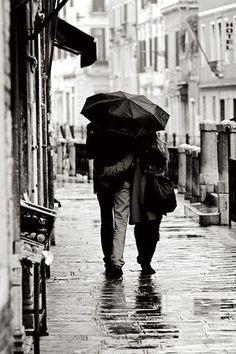 Abrazo bajo la lluvia