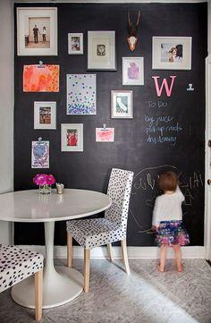 blackboard+wall+with+art+collage+via+Lanaloustyle.com+and+designsponge.com.jpg 489×750 pixels
