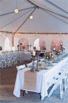 Luces sencillas y románticas para una carpa blanca / Simple yet romantic lights for a wedding tent