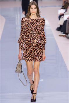 Guarda la sfilata di moda Chloé a Parigi e scopri la collezione di abiti e accessori per la stagione Collezioni Autunno Inverno 2017-18.
