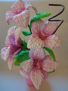 Deixe sua casa mais charmosa ou presenteie quem você ama com este lindo Arranjo Floral.  Vaso em plástico de excelente qualidade.    Confeccionamos em todas as cores.