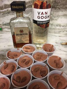 Pudding shots are delicious mini alcoholic desserts. Think jello shots with class Dessert Shots, Dessert Drinks, Yummy Drinks, Party Drinks, Fun Drinks, Dessert Ideas, Beverages, Chocolate Vodka, Sugar Free Chocolate