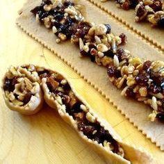La pitta 'mpigliata è uno dei tanti dolci natalizi calabresi. Nata in provincia di Cosenza, questa delizia si prepara in tutta la Calabria. Ecco la ricetta. Great Desserts, Mini Desserts, Cookie Desserts, Holiday Desserts, Holiday Recipes, Cookie Recipes, Dessert Recipes, Italian Pastries, Italian Desserts
