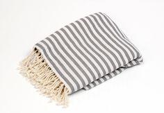 Diese wunderschöne Pestemal Hamamtuch wird gerne als Tagesdecke oder auch als Saunadecke! Diese Wunderbare Decke ist aus 100 % Baumwolle gefertigt.