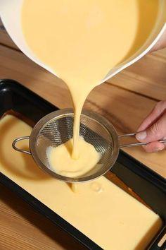 I dag vil jeg gjerne dele oldemoren min sin oppskrift på hjemmelaget karamellpudding med dere. Dette er verdens beste karamellpudding! I min familie serveres denne karamellpuddingen til en hver anledning, jul, konfirmasjon, bursdag og 17.mai. Oldemors karamellpudding lages bare med helmelk istedenfor fløte, som de fleste andre oppskrifter inneholder. Dette kommer av at under krigen var fløte …