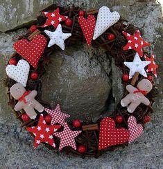 Možno si poviete: A na čo? Veď obchodné reťazce sa vo veľkom predháňajú vo vianočných doplnkoch za dobrú cenu..  Rôzne tvary, farby, materiály i veľkosti.   To ponúkajú aj vlastnoručne...