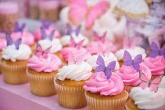fiesta temática con mariposas y flores gigantes