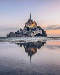 "Mont-Saint-Michel (@visitlemont) sur Instagram : by @een_wasbeer #VisitLeMont #MontSaintMichel"""