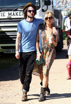 Love is in the air! Sienna Miller cosies up to Tom Sturridge and Peaches Geldof shares a warm embrace with Thomas Cohen as they lead celeb couples at Glastonbury Teen Fashion, Boho Fashion, Style Fashion, Rock Am Ring, Festivals, Peaches Geldof, Sienna Miller Style, Hippie Style, My Style