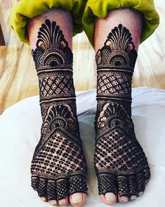 Henna designs Influencer Mehendi on the legs is as important for the bride as is to put it in her hands. We have collected 30 amazing mehndi designs of leg for your inspiration. Dulhan Mehndi Designs, Mehandi Designs, Mehndi Designs Feet, Stylish Mehndi Designs, Mehndi Design Pictures, Best Mehndi Designs, Mehndi Images, Henna Hand Designs, Mehndi Designs Finger