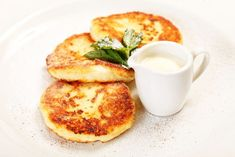 Cottage Cheese Pancakes: Forget a boring piece of matzo covered with jam. Combine some cottage cheese, matzo meal, and eggs, and you have some sweet pancakes that are the perfect way to start the day. Easy Passover Recipe, Passover Recipes, Jewish Recipes, Passover Food, Passover Pancake Recipe, Passover 2017, Passover Desserts, Joy Bauer Recipes, Cottage Cheese Pancakes