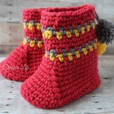 Pom Pom Slipper Boots – A Free Crochet Pattern – Chaleur Life Crochet Boots, Crochet Baby Booties, Crochet Slippers, Crochet Gratis, Free Crochet, Crochet Slipper Pattern, Crochet Patterns, Crochet Stitches, Pom Pom Slippers