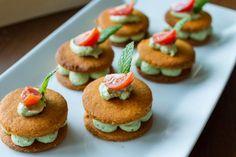Συνταγή για αλμυρά μπισκότα με ζύμη λιαστής ντομάτας με γέμιση βασιλικό και τυριά από τον Άκη Πετρετζίκη. Συνταγή για finger food στο πάρτυ με τους φίλους σας!!