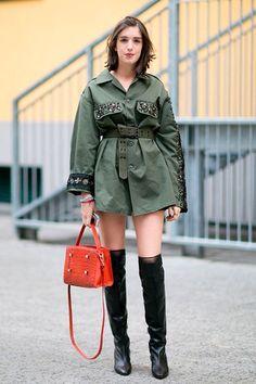 Πώς να δημιουργήσετε μια μη-προφανή στρατιωτική εμφάνιση »STEAL THE LOOK Milan Fashion Week Street Style, Street Style 2016, Milan Fashion Weeks, Autumn Street Style, Cool Street Fashion, Street Style Looks, Military Inspired Fashion, Military Fashion, Military Chic
