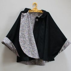 It took me longer to choose the fabrics than to make this cape. Coin Couture, Baby Couture, Couture Sewing, Sewing Clothes, Diy Clothes, Models Men, Sewing Online, Capes For Kids, Creation Couture