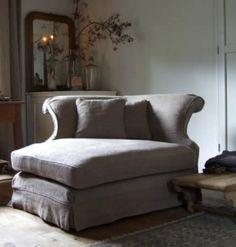 Unieke hoekbank van grof linnen licht grijs van Labyrinthe Interiors.  Afmeting BxHxD: 130x80x105 cm Te betellen bij cedante.nl