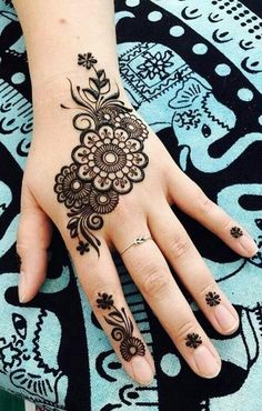 Simple flower Mehndi Design Mehndi henna designs are always searchable by Pakistani women and girls. Women, girls and also kids apply henna on their hands, feet and also on neck to look more gorgeous and traditional. Pretty Henna Designs, Simple Arabic Mehndi Designs, Finger Henna Designs, Beginner Henna Designs, Modern Mehndi Designs, Henna Designs Easy, Mehndi Designs For Fingers, Mehndi Design Images, Latest Mehndi Designs