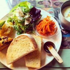 パンを軽くトーストして、 サラダ類とワンプレートに。  食べる時は、そのまま食べても、 挟んで食べても。