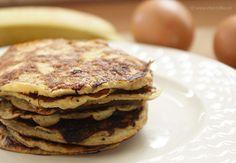 gezond: alleen ei en banaan! Wat heb je nodig voor 7 tot 8 kleine pancakes: 1 geprakte banaan en 2 eieren. Het is wederom heel simpel om te maken. Kluts de eieren en meng dit met de geprakte banaan. Vervolgens verhit je een klein beetje olijfolie in een koekenpan en schep je hier wat van het beslag in .lekker met wat kaneel erop