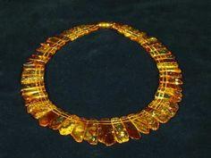 Otro exelente ejemplo de el tipo de joyeria utilizados por las reinas en Egipto.  La figura nos ilustra un collar echo de oro y piedras preciosas en una exposición de figuras egipcias.