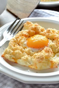 An easy recipes for fluffy Cheddar Bay Egg Nests, mixed with cheddar, garlic powder and parsley and topped with an egg yolk for an easy low carb breakfast. Low Carb Breakfast Easy, What's For Breakfast, Breakfast Dishes, Breakfast Recipes, Low Carb Recipes, Cooking Recipes, Easy Recipes, Little Lunch, Egg Fast