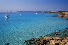 Preciosisimas playas que hay en España  l infinito azul se materializa en Cala Saura, Formentera