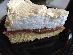 I weekenden lavede jeg denne dejlige kage. Det er jo med at nyde de dejlige rababer mens de er her. Opskriften fandt jeg i Femina. Bunden: 125 g blødt smør 125 g sukker 4 æggeblommer 250 g hvedemel 2 tsk. bagepulver 1 dl mælk 1 springform (24 cm i diameter) Rabarberkompot : 1 bundt rabarber,…