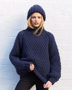 15 pulls que l'on a envie de se tricoter Gros pull en laine bleu nuit oversize Plus Crochet Wool, Diy Crochet, Crochet Ideas, Baby Sweaters, Wool Sweaters, Marie Claire, Merino Wool Sweater, Waffle Knit, Crochet Clothes