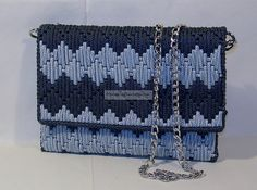 Discover thousands of images about Le Pochette Di:Alba & Venera. Crotchet Bags, Knitted Bags, Canvas Purse, Canvas Handbags, Crochet Clutch, Crochet Purses, Crochet Bag Tutorials, Diy Crochet, Plastic Canvas Crafts