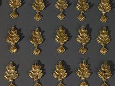 """Apliques de chapa de oro que formarían parte de la decoración de la vestimenta ¿femenina? según la moda """"alana!. """"Tesoro de los Nibelungos"""". Inicios del Siglo V. Mainz (Alemania).  Barbarenschatz Rülzheim Goldapplikationen Foto GDKE Rheinland-Pfalz  Fitting"""