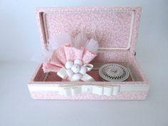Linda caixa com bordado na tampa.  Incluso sachê com detalhe de flor e porta joia.  Joia não inclusa. R$ 67,50