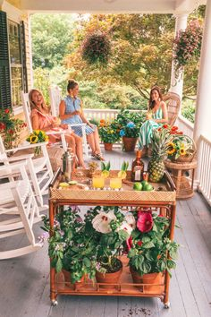 🌟Tante S!fr@ loves this📌🌟 Porches, Cheap Cottages, Summer Porch Decor, Classy Girl, Victorian Homes, Victorian Porch, Country Style Homes, Summer Cocktails, Porch Decorating