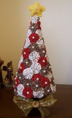 yo yo xmas tree for trailer Christmas Sewing, Christmas Items, Diy Christmas Ornaments, Christmas Projects, All Things Christmas, Fabric Christmas Trees, Xmas Tree, Tree Crafts, Holiday Crafts