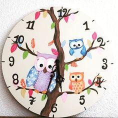 Ceasuri pictate manual...Ceasuri din lemn Descoperă mai multe in magazinul Decoratiuni Vintage Casa Retro... #ceasdeperete #bufnițe #ceasurideperete #ceascubufnita #ceasuricopii #decoratiuni Mai, Decorative Plates, Clock, Retro, Decoration, Tableware, Home Decor, Watch, Decor