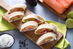 I rotolini di piadina con salmone, avocado e crema allo yogurt sono perfetti da realizzare per uno spuntino o per un happy hour tra amici!