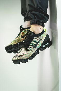 For the external appearance of the VaporMax, the Nike Designers were inspired by the streamlined Mercurial Vapor football shoe that belongs with its lightweight construction to the most innovative sports shoes ever. All in all the Nike VaporMax combines future-facing technology, decades of innovation and iconic design and therefore revives the tradition of the very first Air Max 1. Here comes the Nike Air VaporMax Flyknit 3 with a colorful upper and a black sole. Nike Vapor, Football Shoes, Thé Air Max, Sneaker Stores, Nike Air Vapormax, Blue Lagoon, Sports Shoes, Nike Shoes, Cleats