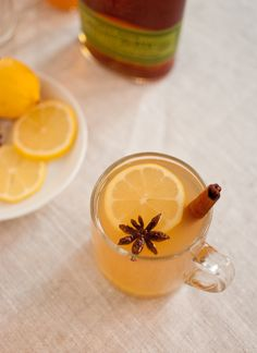This apple cider hot toddy recipe is light and warming, perfect for the holidays. It& naturally sweetened with apple cider, so it& not too sweet! Apple Cider Hot Toddy, Apple Cider Cocktail, Cider Cocktails, Spiced Cider, Apple Cider Vinegar, Fall Cocktails, Winter Drinks, Apple Cocktails, Moonshine Cocktails