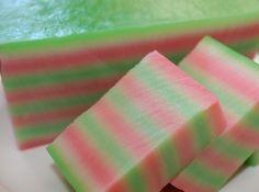 Indisch eten!: Kue Lapis: Indonesische gestoomde koek met gekleurde laagjes