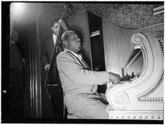 William Gottlieb - Portrait of Erroll Garner, New York, N. (between 1946 and Jazz Artists, Jazz Musicians, Erroll Garner, Swing Era, Classic Jazz, Duke Ellington, All That Jazz, Jazz Club, Soul Music