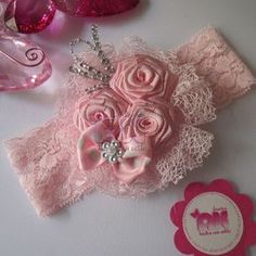 Discover thousands of images about Rosette headband Rosette Headband, Diy Headband, Baby Girl Headbands, Ribbon Hair Bows, Diy Hair Bows, Tissu Style Shabby Chic, Garter Belt Wedding, Diy Hair Accessories, Ribbon Crafts
