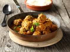 From the YOU test kitchen: Juicy pork meatballs Indian Food Recipes, Asian Recipes, Ethnic Recipes, Pork Recipes, Chicken Recipes, Recipies, Chicken Stuffed Peppers, Pepper Chicken, Easy Weekday Meals