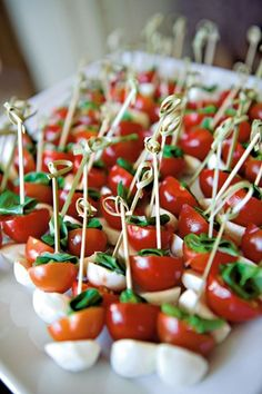 caprese bites as appetizers or snacks Wedding Canapes, Wedding Appetizers, Fall Appetizers, Wedding Snacks, Party Canapes, Shower Appetizers, Wedding Appetizer Table, Spinach Appetizers, Vegetarian Recipes