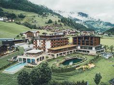 Wer diesen Sommer im Großarltal verbringen will, sollte unbedingt den Nesslerhof ins Auge fassen. Denn hier sind die Gästeflüsterer um euch bemüht! Austrian Village, Hotels, Back Road, Mansions, House Styles, Places, Travel, Villas, Chill