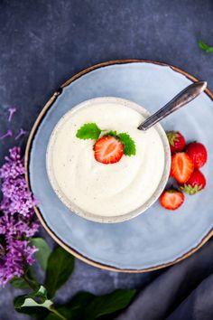 Någon mer som planerar att äta paj i helgen? Då har jag bästa tipset till er, gör egen vaniljsås! Det är så otroligt enkelt och blir makalöst gott. Det här är en rårörd vaniljsås som smakar precis som den vaniljvisp man köper på tetra, fast mycket, mycket godare! Plus att den bara innehåller hel