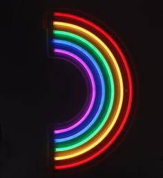 Néon applique arc en ciel lumineux LED 4,5V, 6W, 50-60HZ. Il est équipé d'un câble de 170 cm avec adaptateur à brancher sur secteur.  Il se fixe au mur 2 trous prévus. Purple Wallpaper, Iphone Wallpaper, Wallpaper Ideas, Neon Led, Sunnylife, Neon Aesthetic, Shops, New Wall, Iris