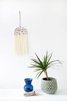 Jump on the terrazzo trend with this beautiful DIY terrazzo tile wall hanging! It's way easier than it looks and you only need oven-bake clay and yarn. You'll love hanging this modern art piece in your home! Diy Projects Design, Diy Home Decor Projects, Craft Projects, Decor Crafts, Clay Crafts, Diy And Crafts, Modern Crafts, Modern Art, Crea Fimo